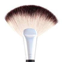 BH Cosmetics The Deluxe Fan Face Brush